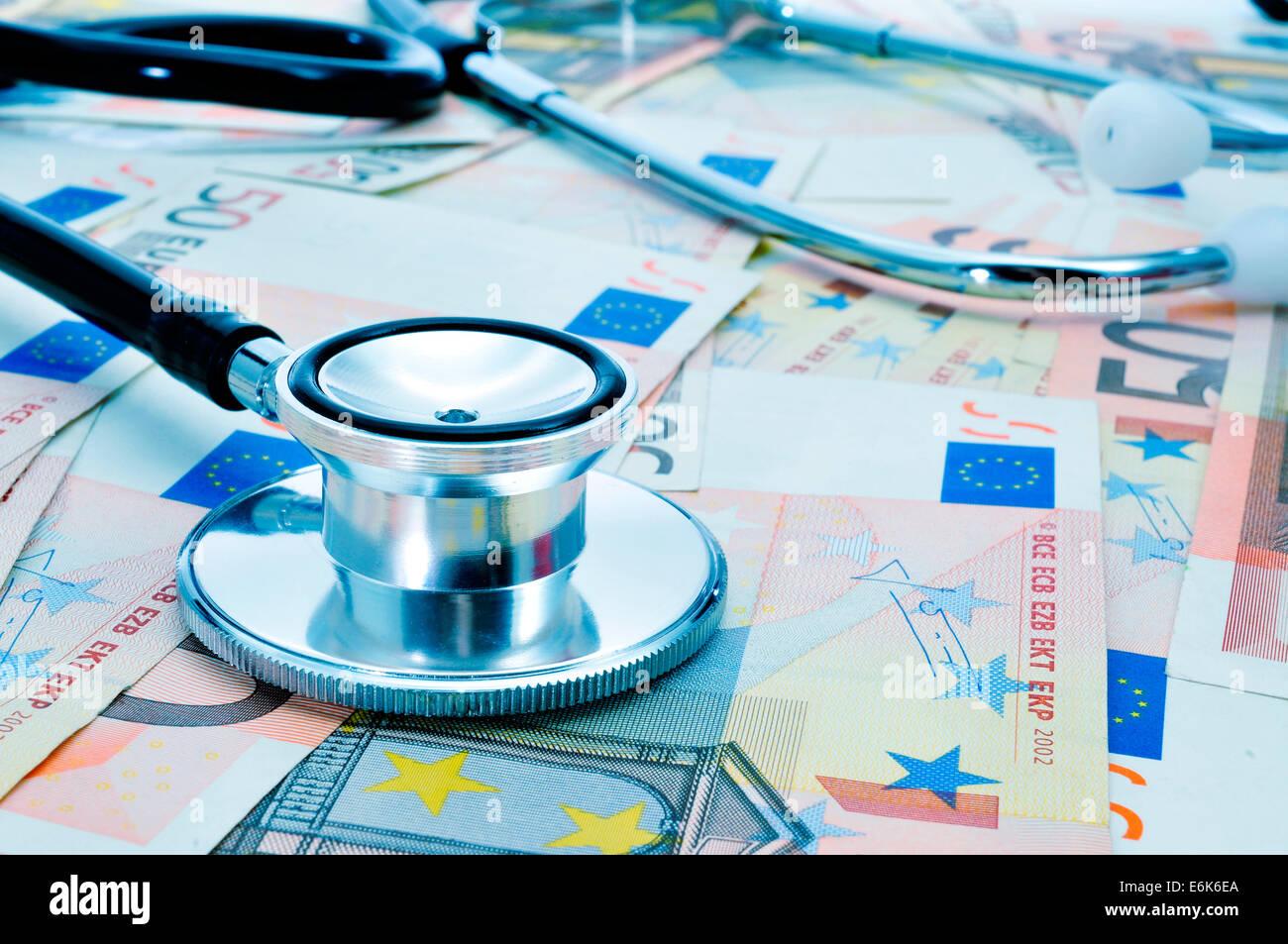 Un estetoscopio sobre un montón de billetes en euros, representando la industria de la salud concepto Imagen De Stock