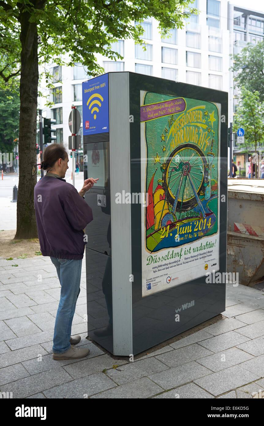 Bluespot WiFi gratis información pública integrada en una pared publicidad electrónica board Dusseldorf Imagen De Stock