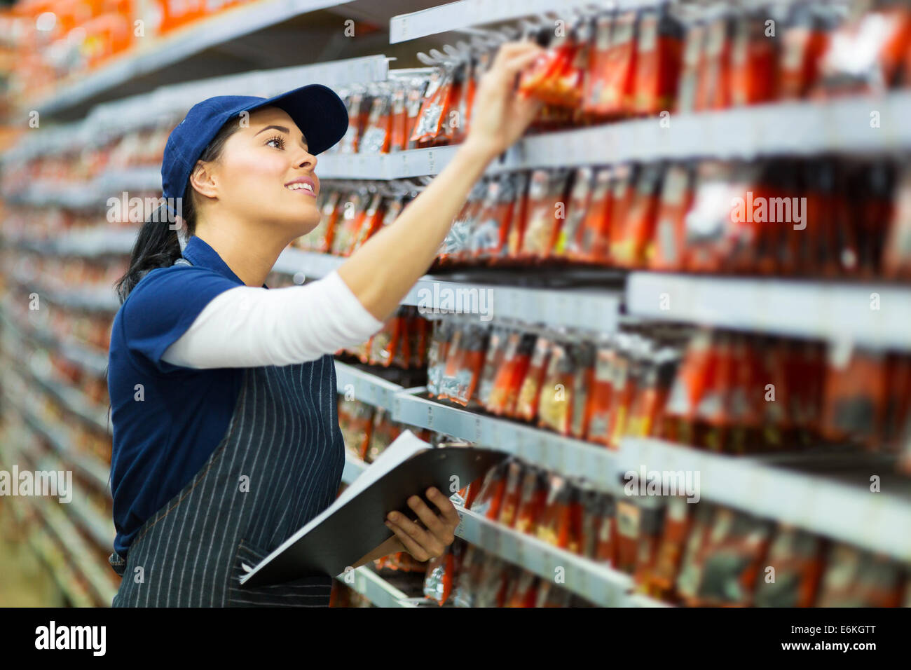 Trabajador de almacén de hardware atractivo contando stock Imagen De Stock