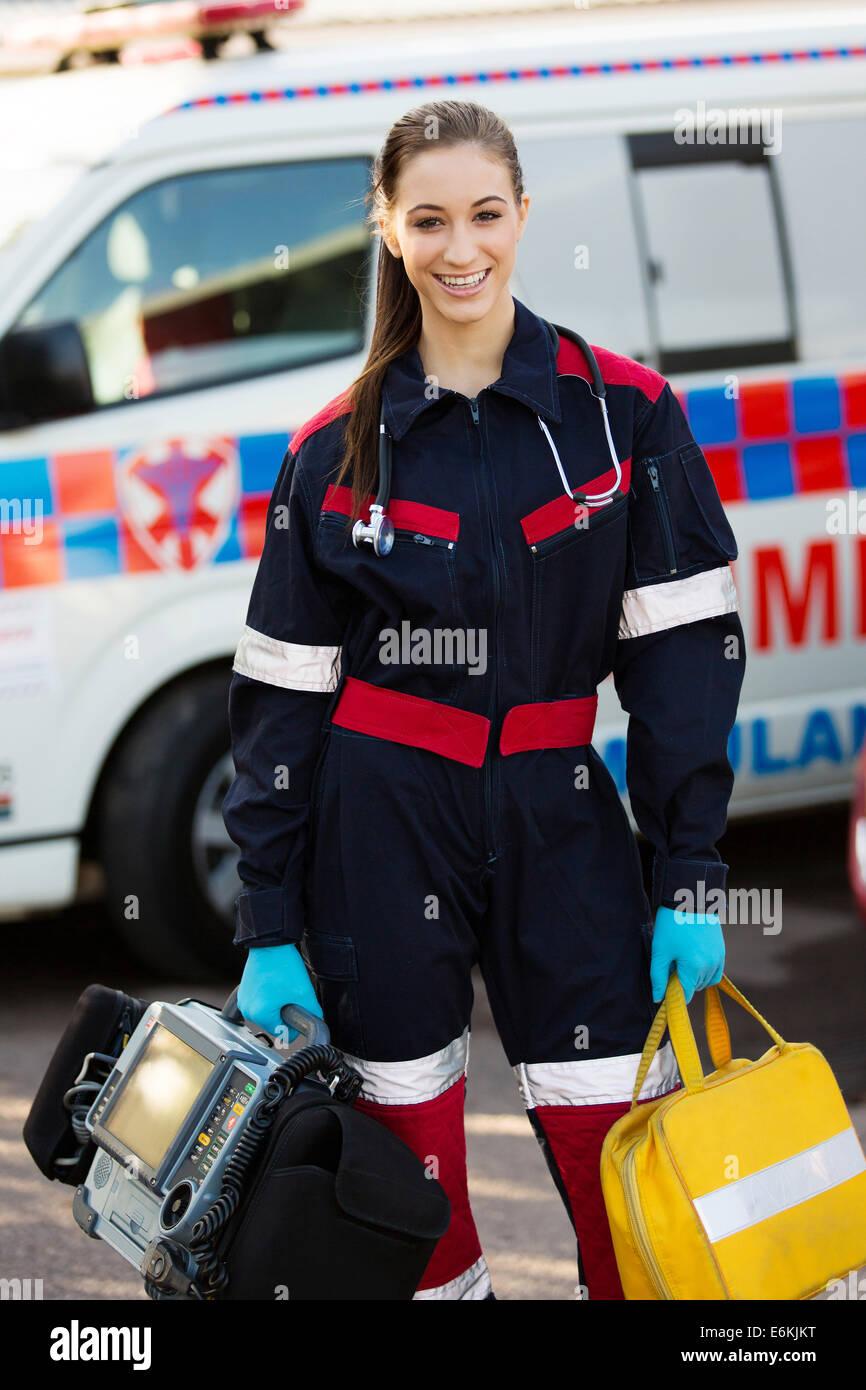 Atractivo femenino paramédico celebración dispositivos portátiles Imagen De Stock