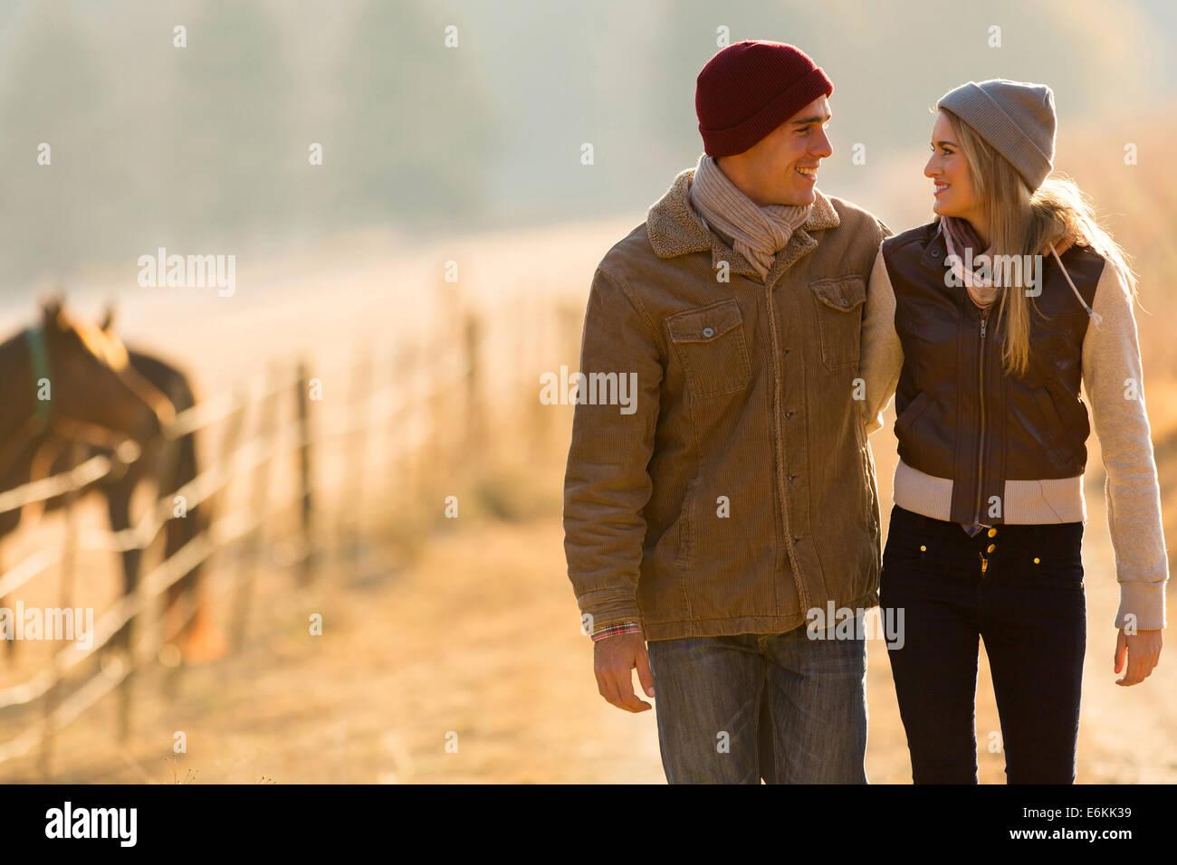 Adorable pareja joven caminando en campo Foto de stock