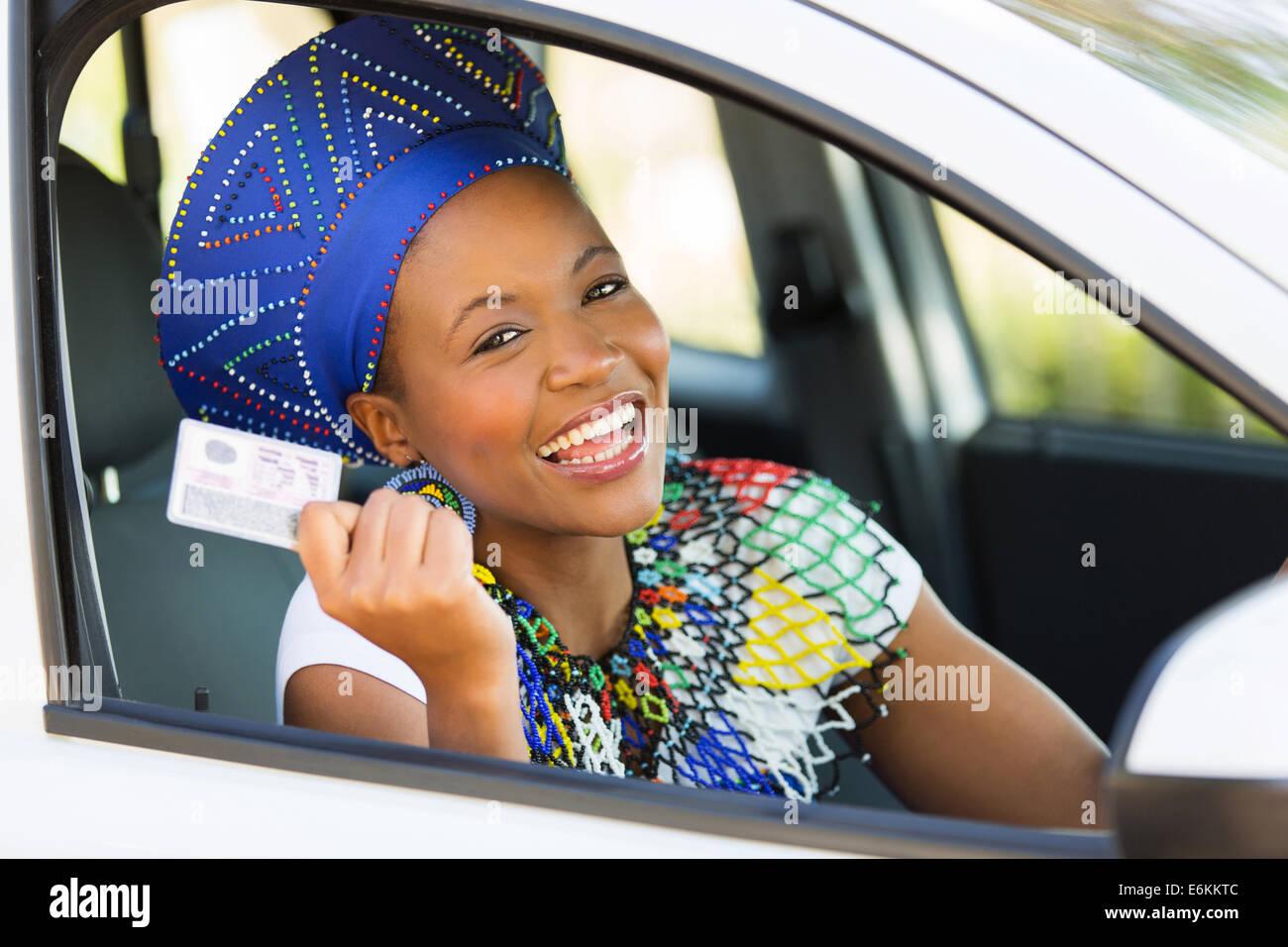Feliz mujer africana mostrando su licencia de conductor ella acabo Imagen De Stock