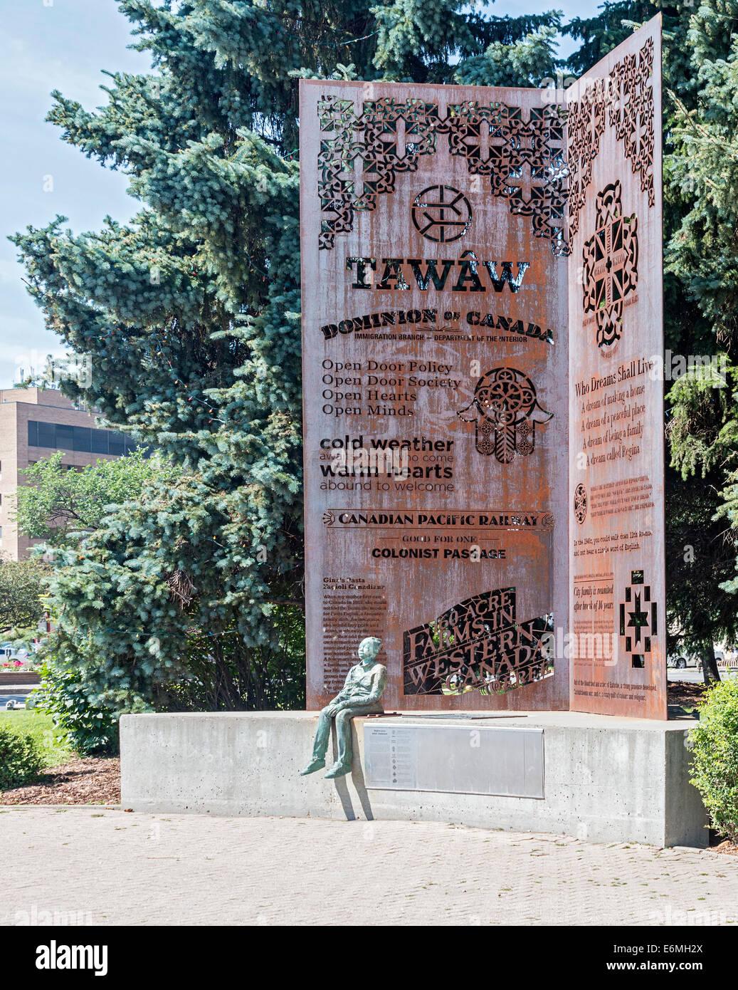 Una de las dos obras de escultura reconociendo a los inmigrantes que han venido a Canadá, en frente de la ciudad Foto de stock