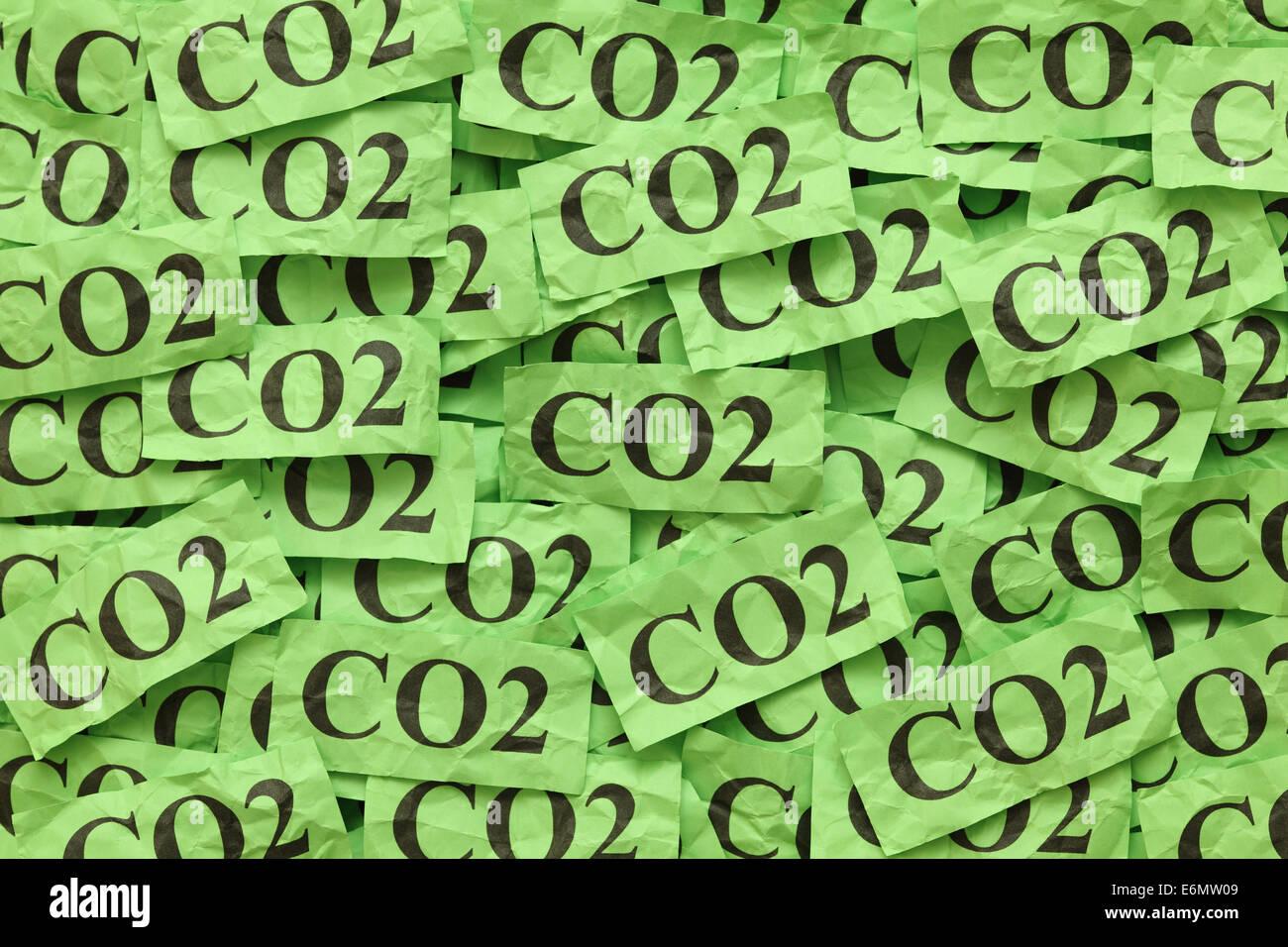 "Montón de notas de papel verde con la palabra ""CO2"" (dióxido de carbono). Imagen De Stock"