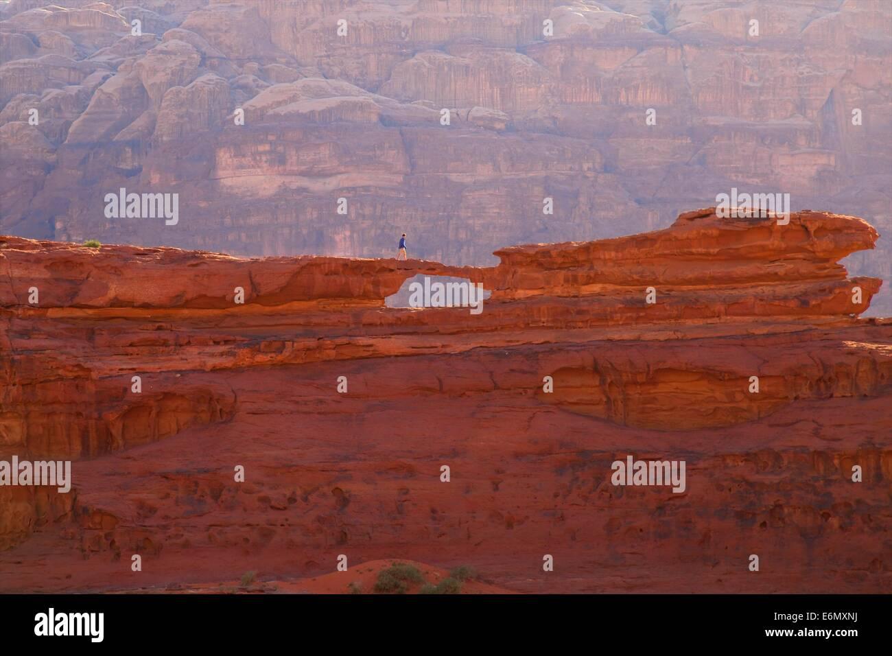 Turista en Wadi Rum, Jordania, Oriente Medio Imagen De Stock