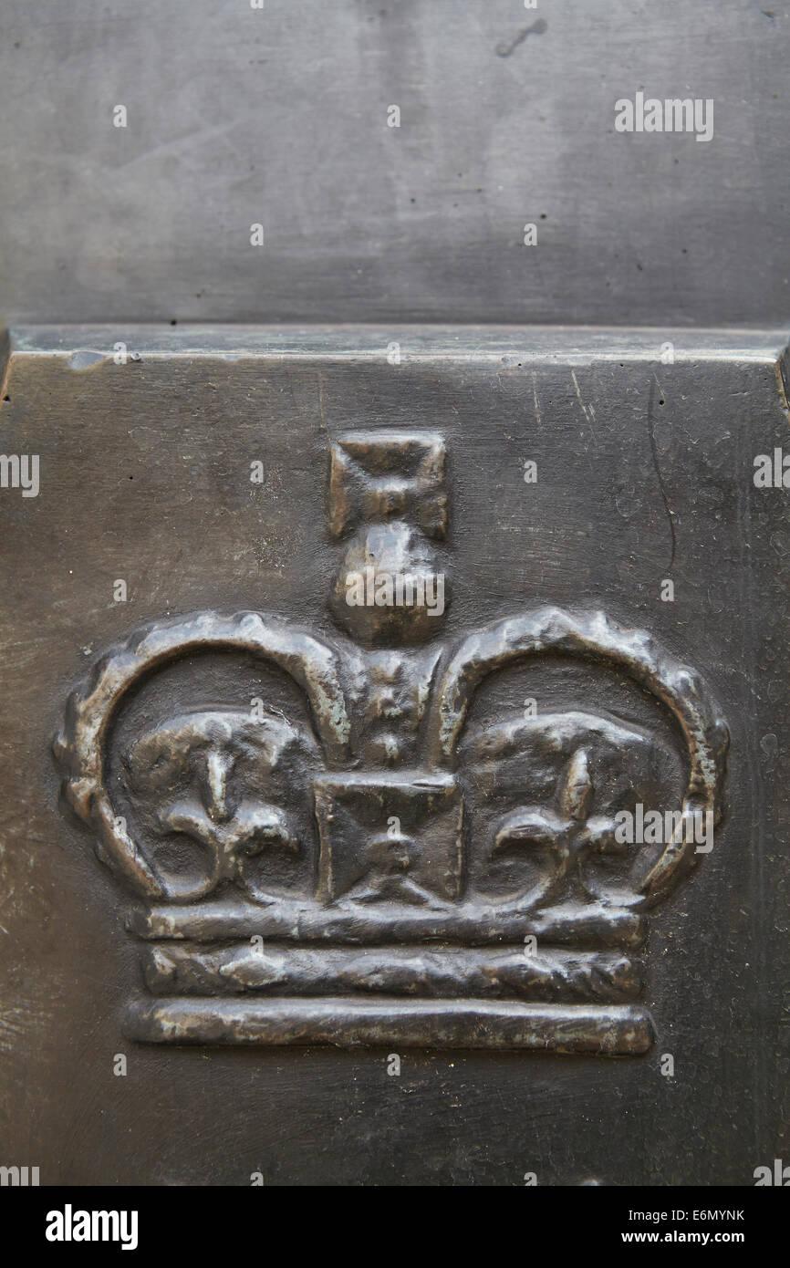 Londres texturas, superficie de hierro con grabado de corona. Imagen De Stock