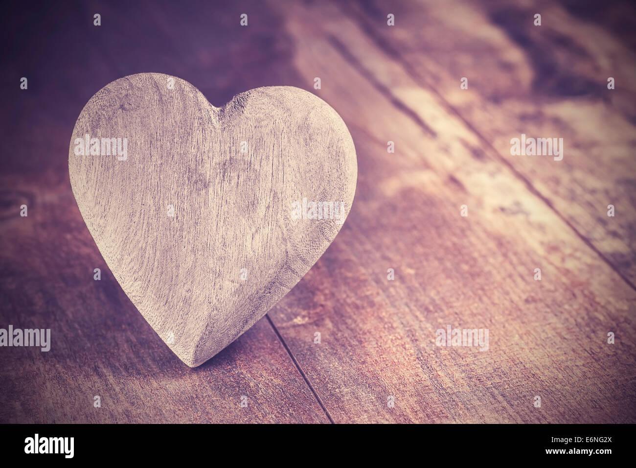 Estilo Vintage corazón sobre fondo de madera rústica, copie el espacio. Imagen De Stock
