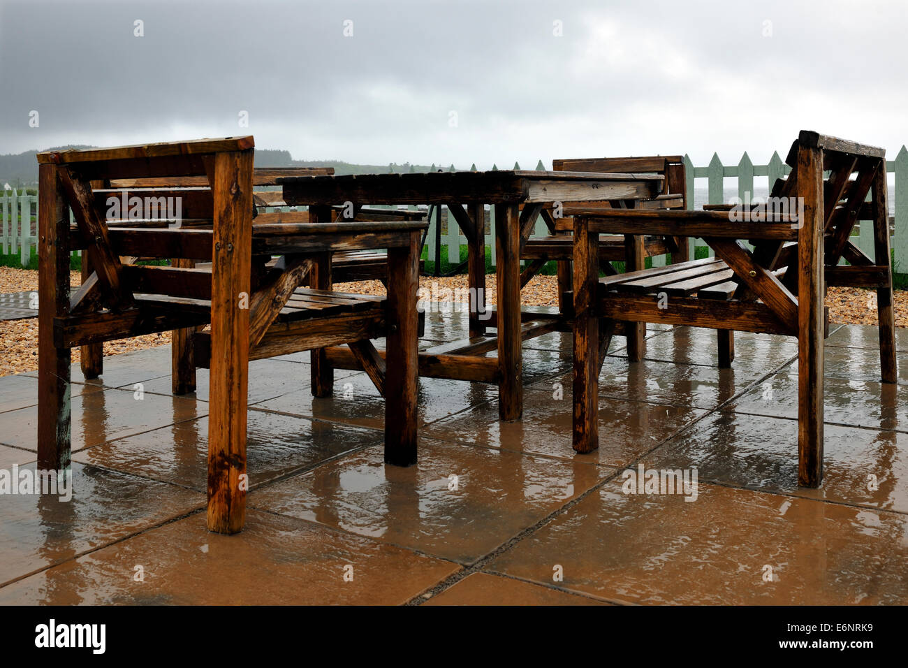 Reflexiones de valla y muebles de jardín durante la lluvia de primavera, Broadford, Isla de Skye, Escocia Foto de stock