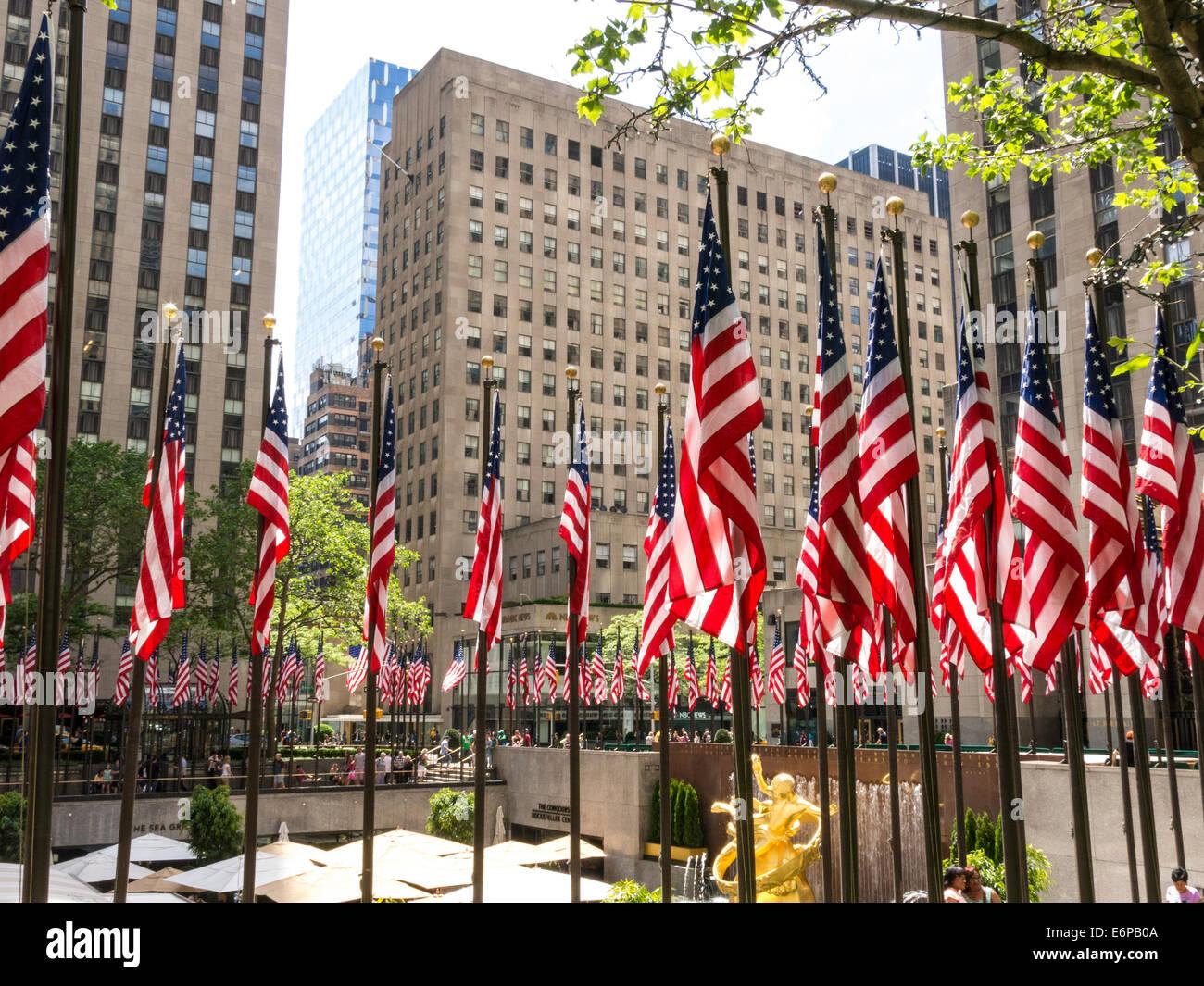 Las banderas americanas en el Rockefeller Center plaza, NYC Imagen De Stock