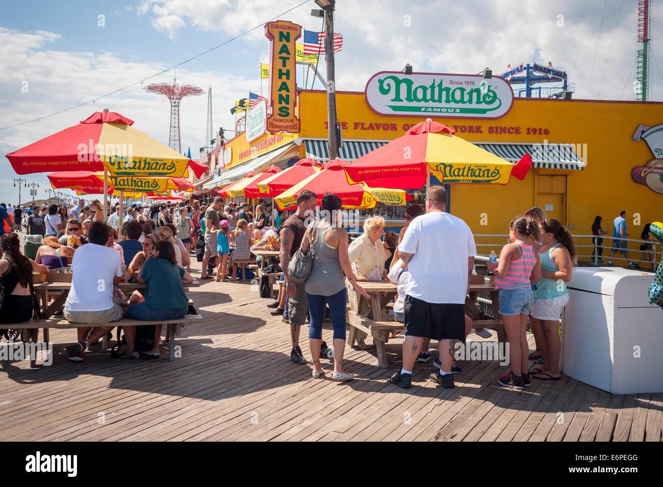Los visitantes a Coney Island, en Nueva York, el domingo, 24 de agosto de 2014 parada en el famoso restaurante Nathan's Imagen De Stock