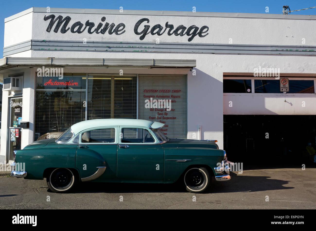 Un 1954 Pontiac sedán de cuatro puertas estacionados fuera de un garaje de Steveston Village, Richmond, British Imagen De Stock