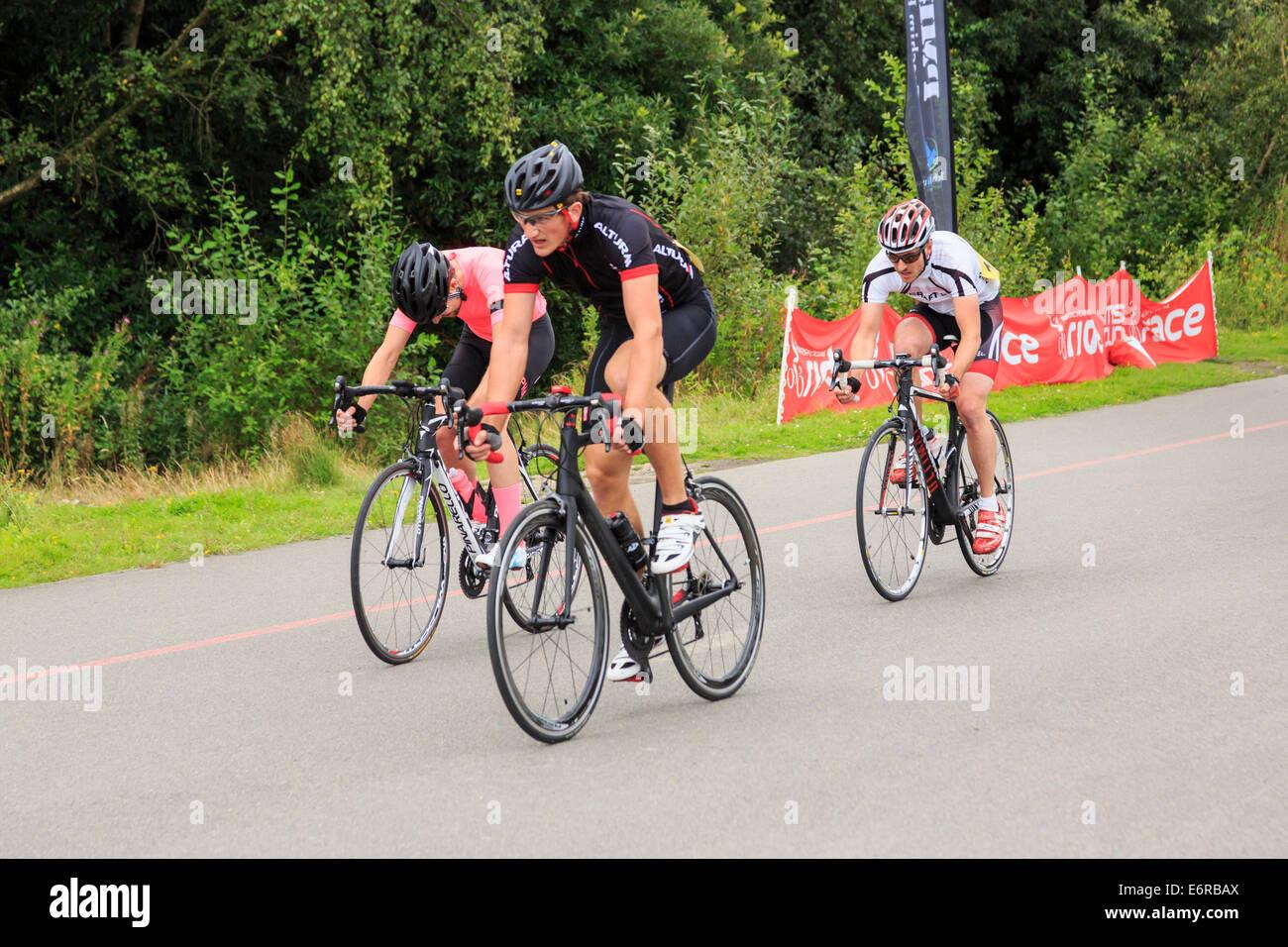 Hombres activos racing en una carrera ciclista local organizada por British Cycling en Fowlmead Country Park, tratar, Imagen De Stock