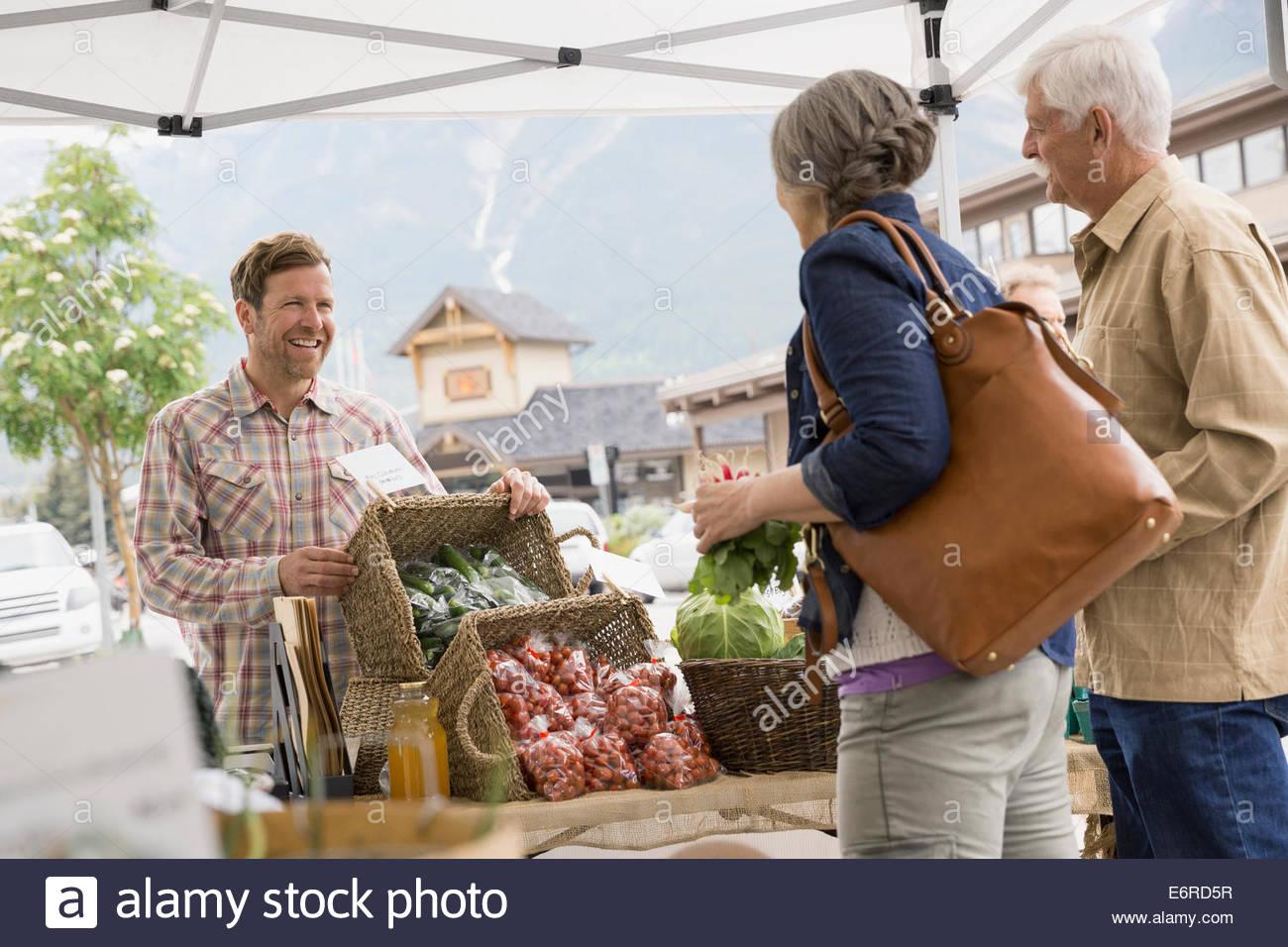 Pareja de ancianos de compras en el mercado de los granjeros Foto de stock