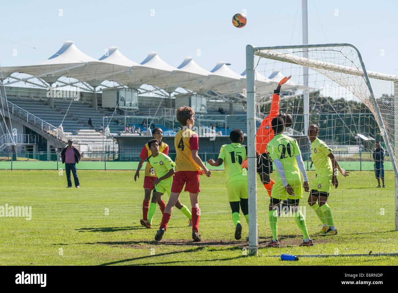 Partido de fútbol de menores de 15 equipos de jóvenes, Cape Town, Sudáfrica Foto de stock