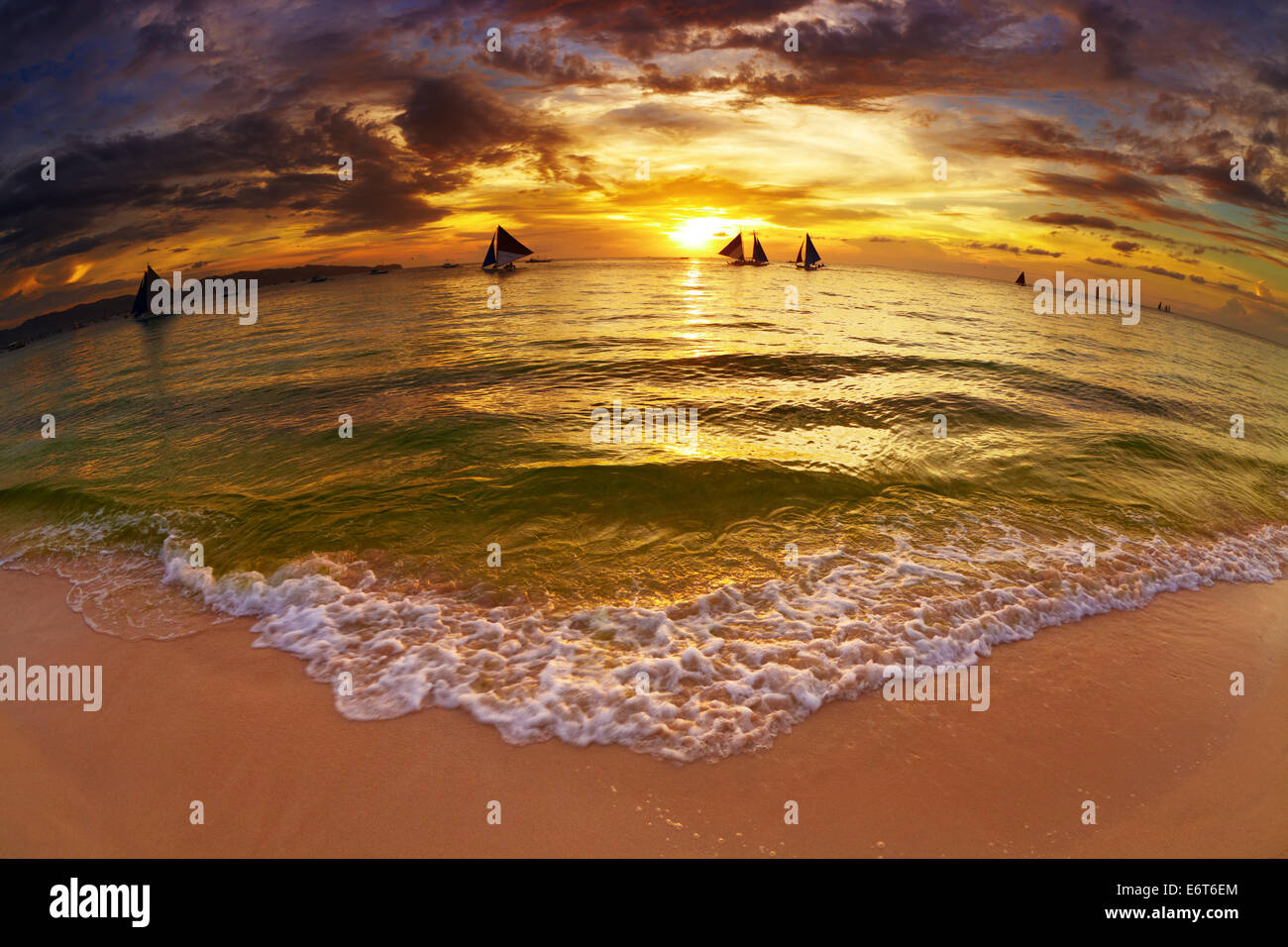 Playa Tropical al atardecer, isla de Boracay, Filipinas, fisheye shot Imagen De Stock