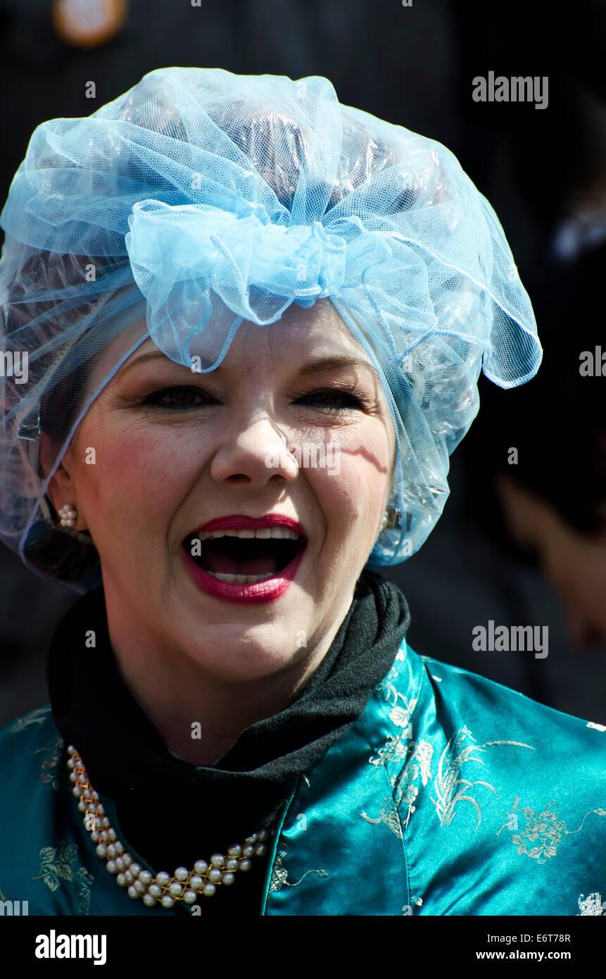 Mujer vistiendo el cabello net promover un espectáculo en el Festival Fringe de Edimburgo, Escocia. Imagen De Stock