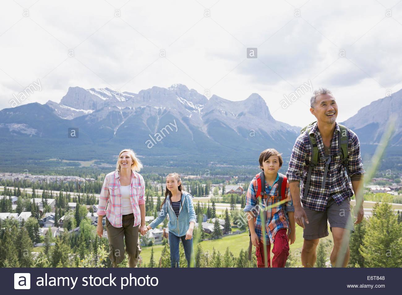 Senderismo en la familia rural en la ladera Imagen De Stock
