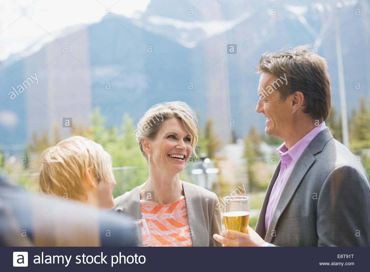 Hablando a la gente de negocios networking event Imagen De Stock