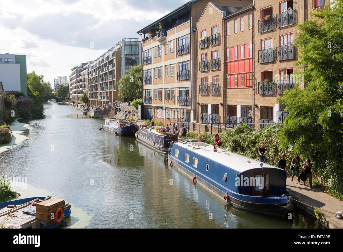 Narrowboats en el Regent's Canal cerca de Camden - parte del Grand Union Canal, Londres, Inglaterra Imagen De Stock