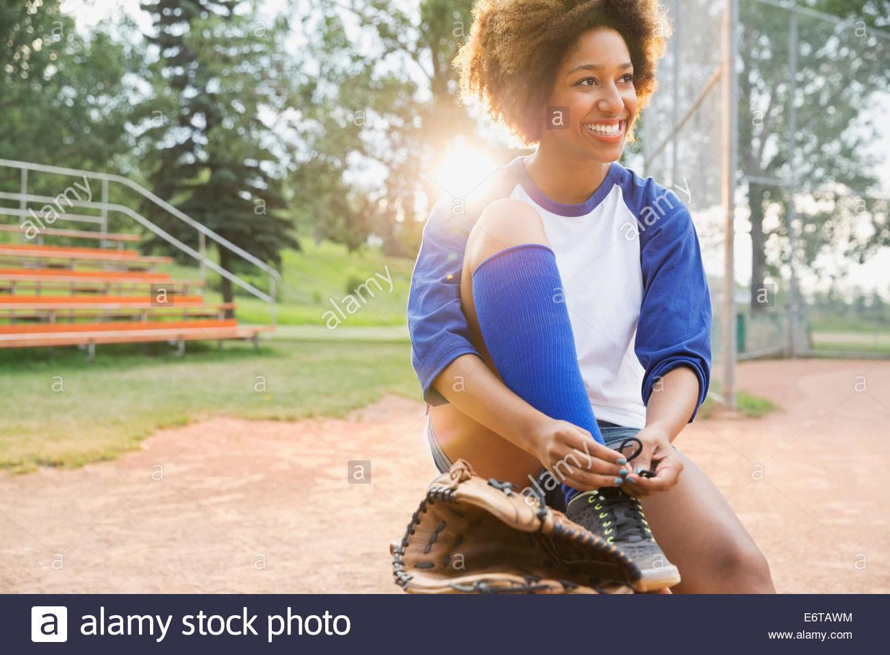 Jugador de béisbol de zapata en campo atado Imagen De Stock