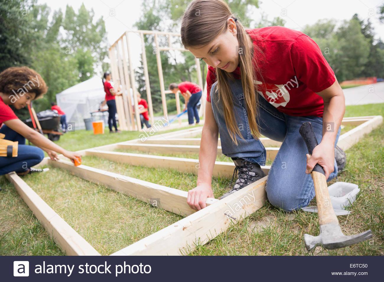 Montaje de bastidor de construcción voluntarios Imagen De Stock