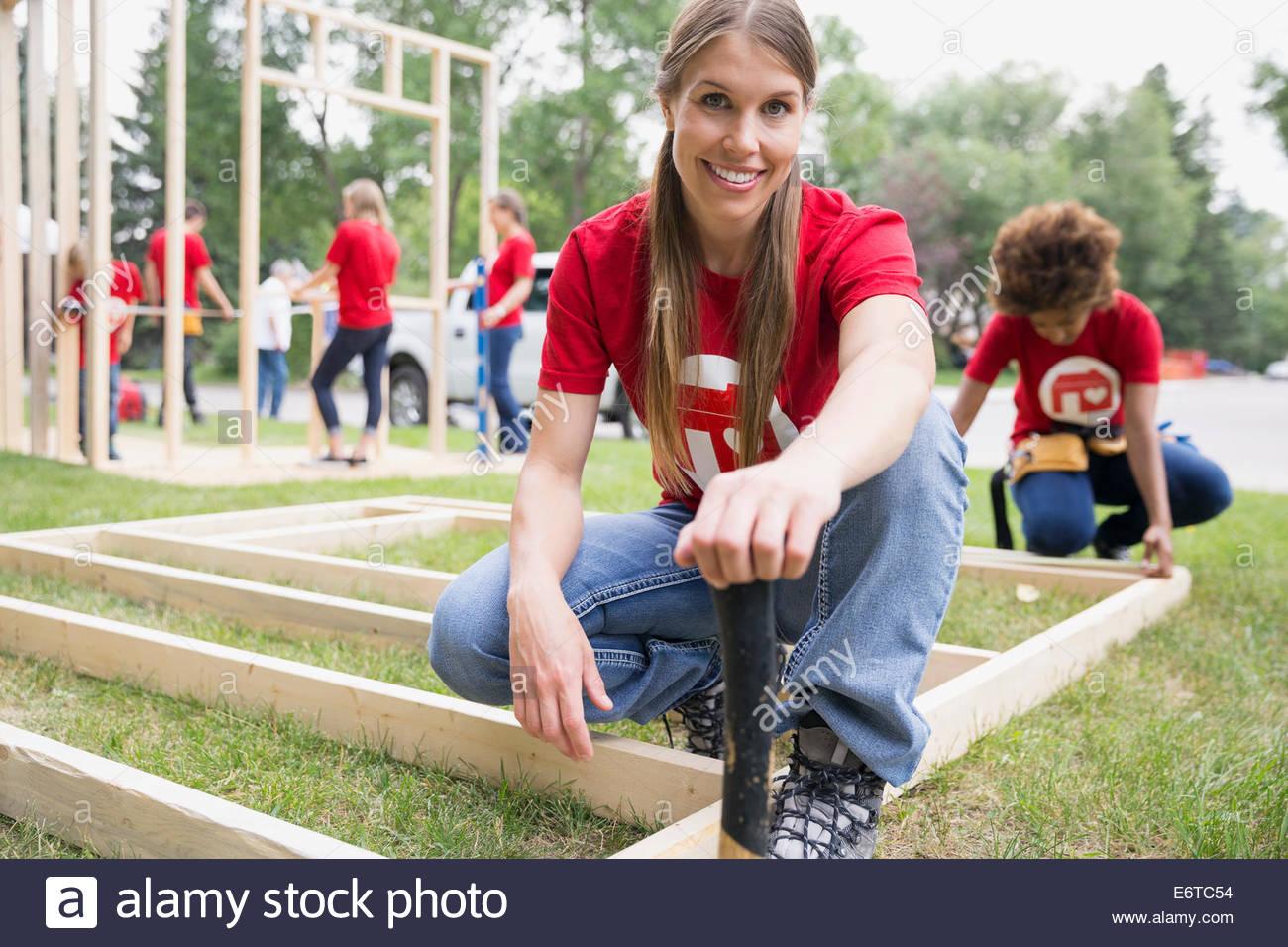 Retrato de seguro voluntario en el marco de construcción Imagen De Stock