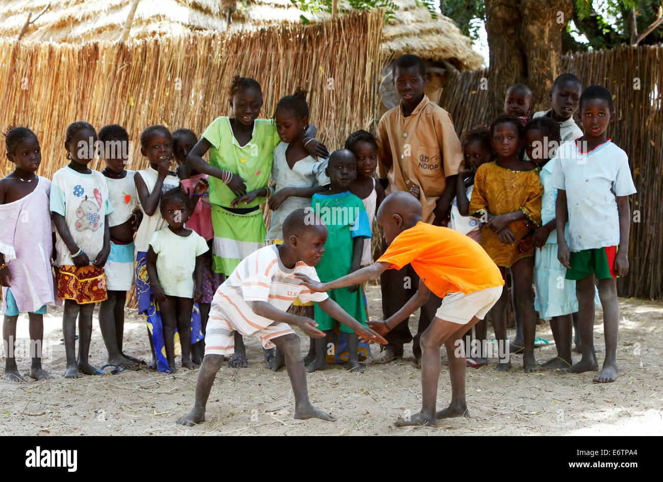Los niños llevan a cabo un combate de lucha libre. La lucha libre es el deporte nacional de Senegal. Senegal, Imagen De Stock