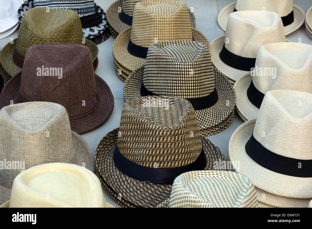 Sombreros en la exhibición en un mercado callejero de la Ciudad de Panamá.  Imagen De 6bc250a8864
