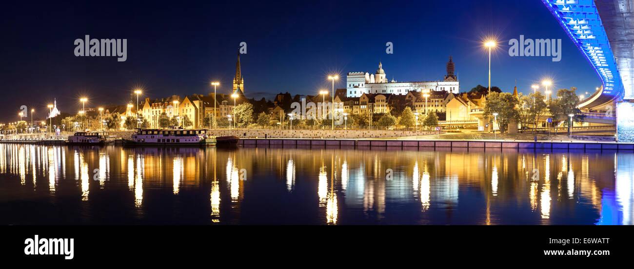 Vista panorámica de la ciudad de Szczecin (Stettin) con el castillo de los Duques de Pomerania por noche, Polonia. Imagen De Stock