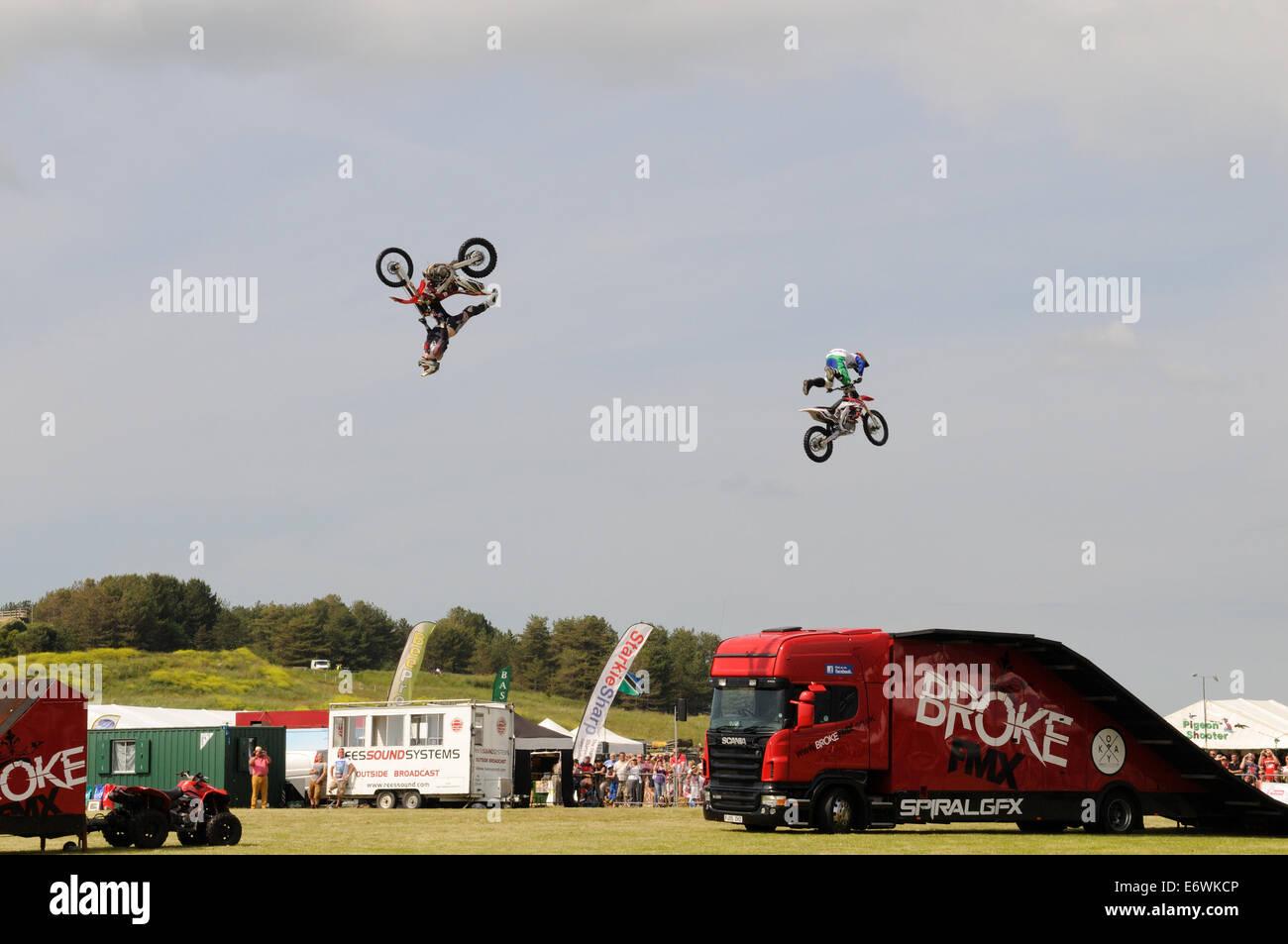 Equipo de visualización de motocicleta entretenida a la multitud en un Show Foto de stock