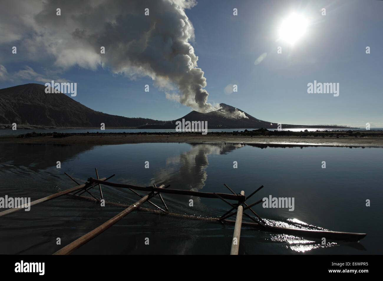 En el camino al trabajo. Cada día, los cazadores de huevo deben remar frente al volcán Matupit cavar para Imagen De Stock