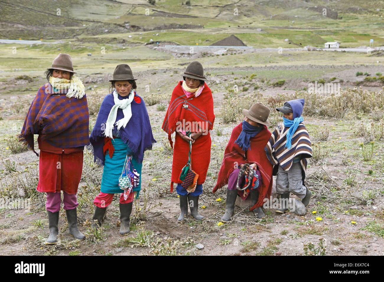 Las niñas con sombreros de fieltro tradicionales ofrecen souvenirs  artesanales para la venta 3a953a8dbcd