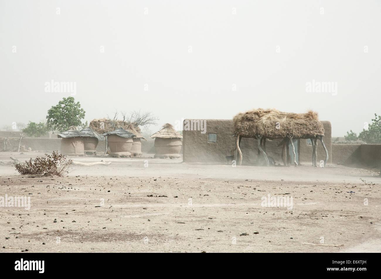 Sandstorm pasando un pueblo Dogón, tierra, región de Mopti, Malí Foto de stock