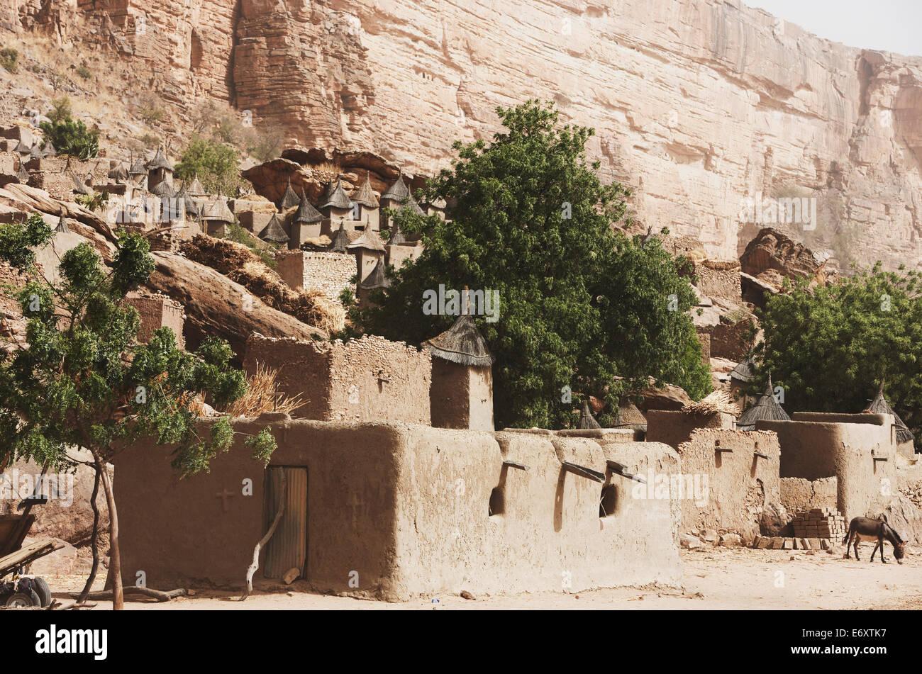 Aldea, debajo de los acantilados de Bandiagara, Dogon tierra, región de Mopti, Malí Foto de stock