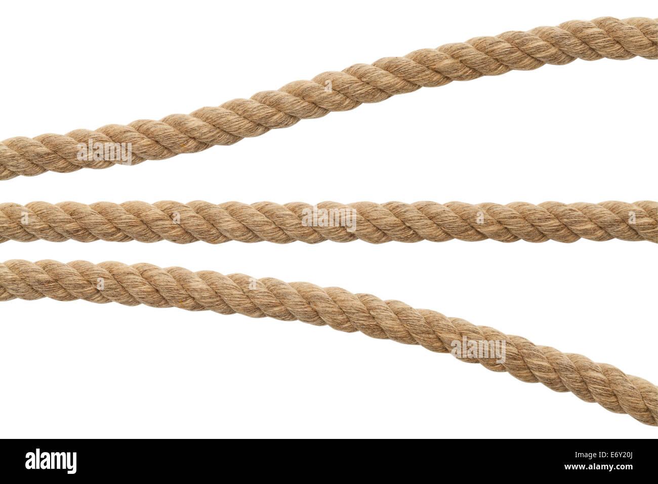 Segmentos de Cuerda marrón aislado sobre fondo blanco. Imagen De Stock