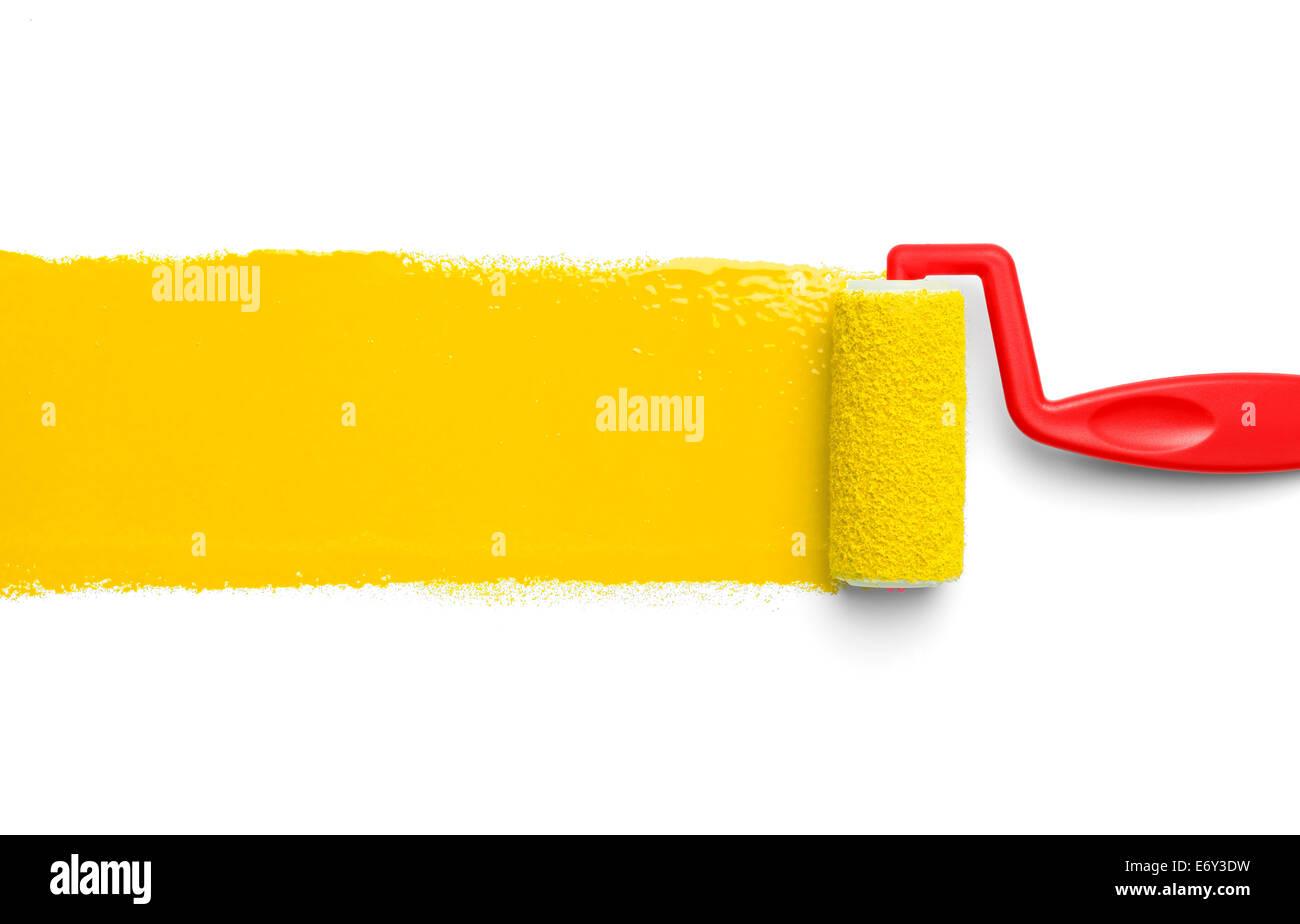 Rodillo para pintar de plástico con pintura amarilla aislado sobre fondo blanco. Imagen De Stock