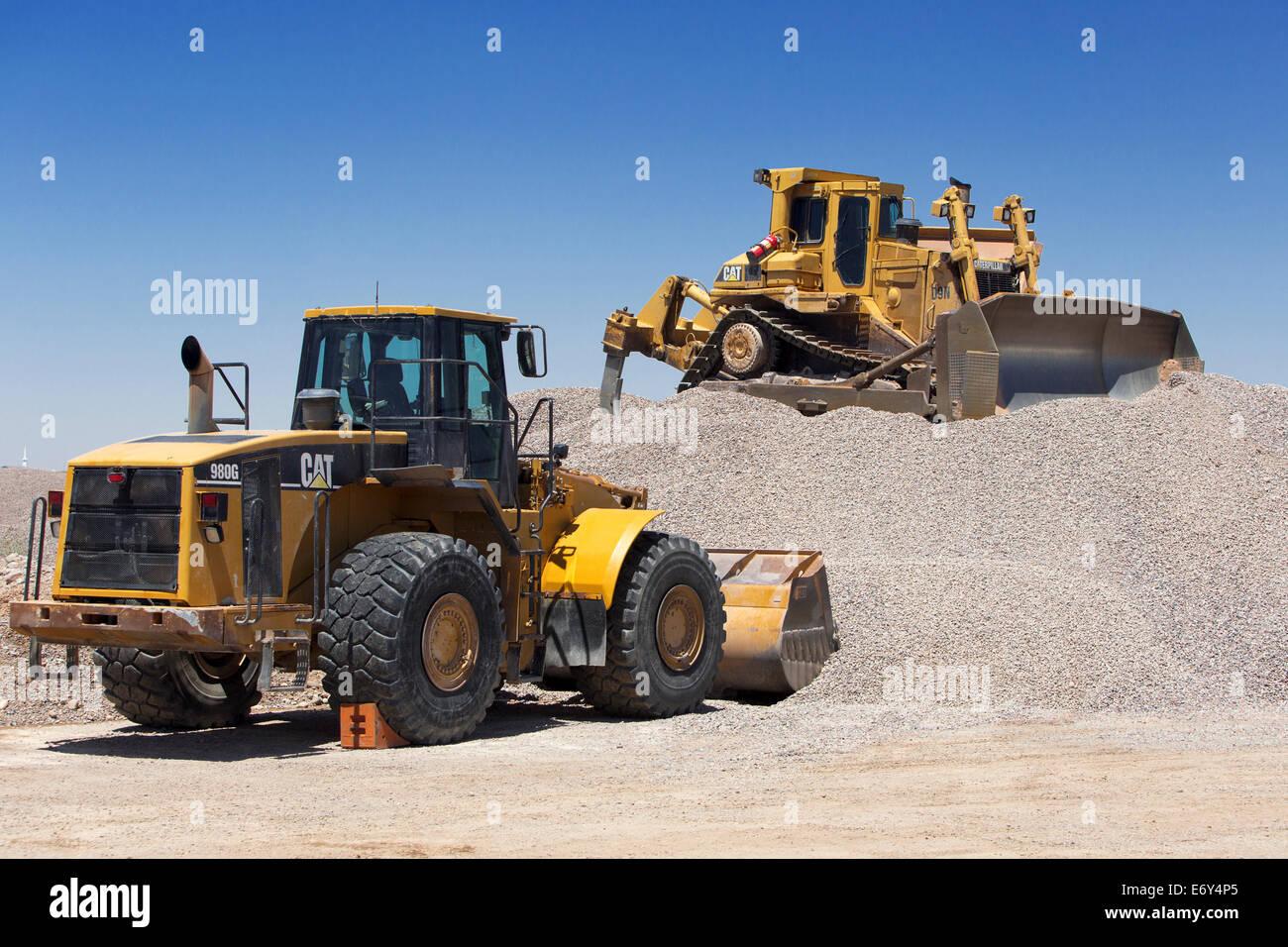 CAT 980G Cargador Frontal está estacionado debajo de un gato de bulldozer D9 que está estacionado en un Imagen De Stock