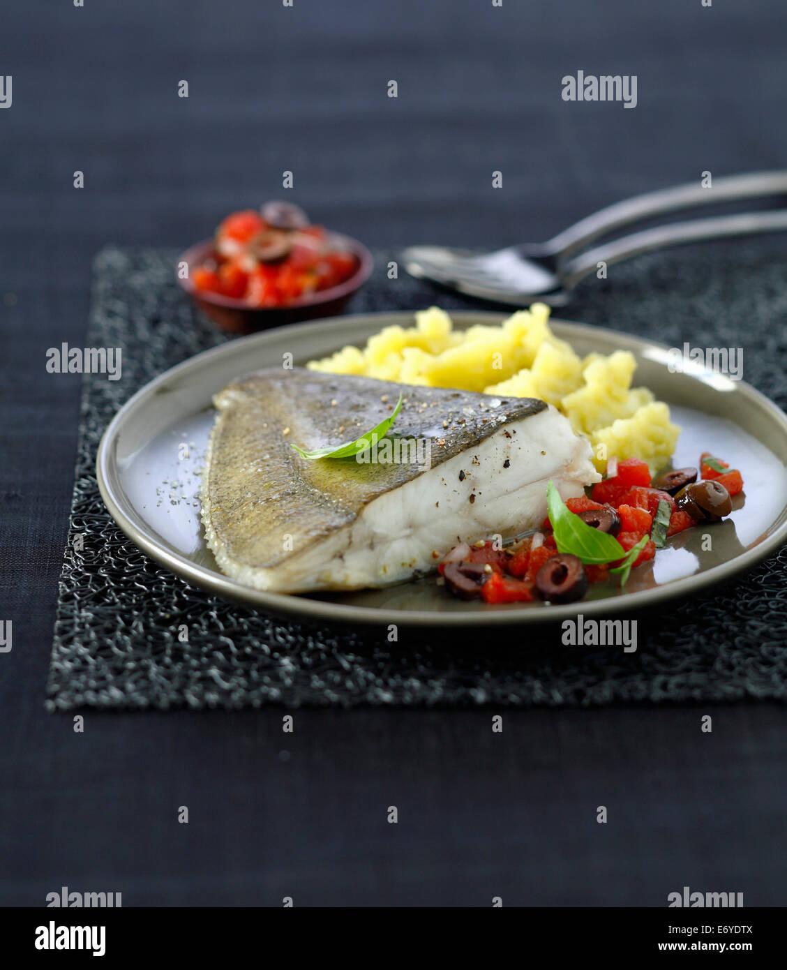 Pan frito rodaballo en salsa virgen,puré de patatas con aceite de oliva Imagen De Stock