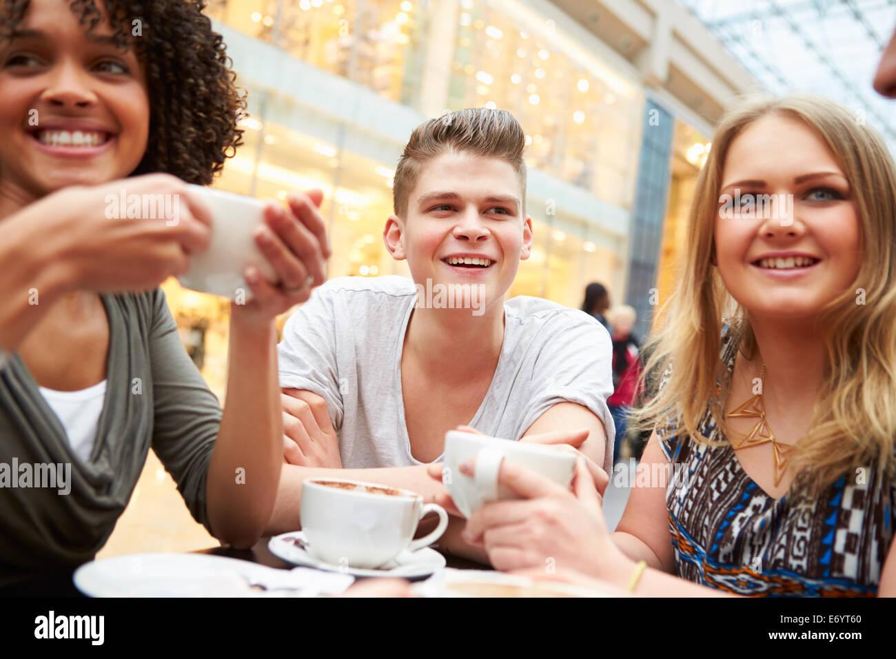Grupo de Jóvenes Amigos en Café Imagen De Stock