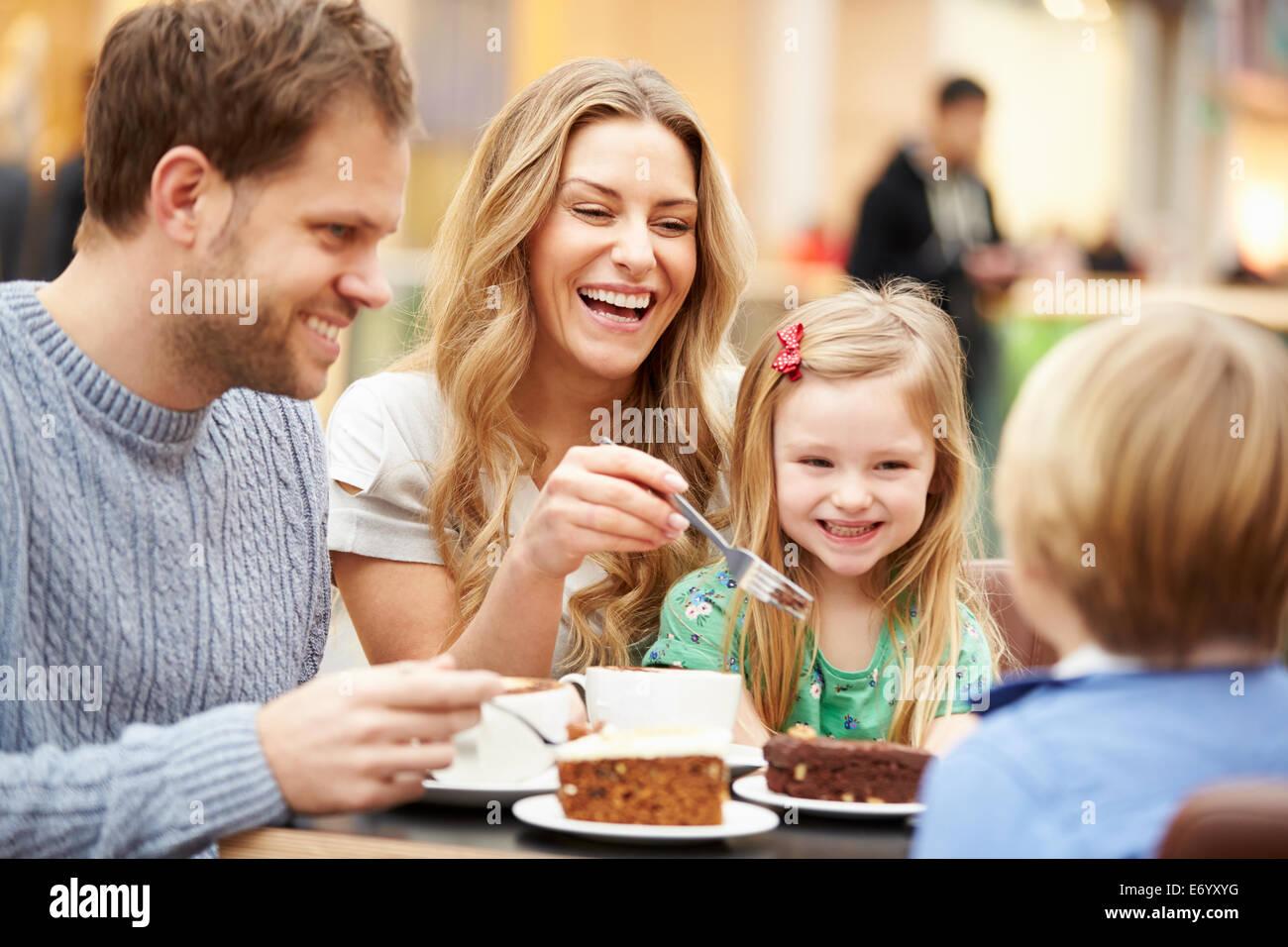 Familia disfrutar de aperitivos en el Café juntos Imagen De Stock