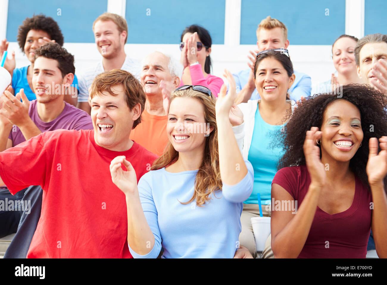 Los espectadores vitoreando en eventos de deportes al aire libre Foto de stock