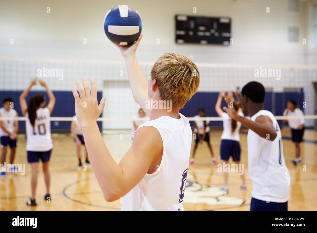 High School Volleyball Match en el gimnasio Imagen De Stock
