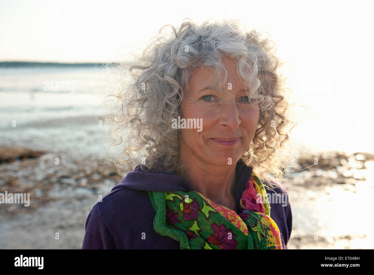 Cerca de mujer madura por playa Imagen De Stock