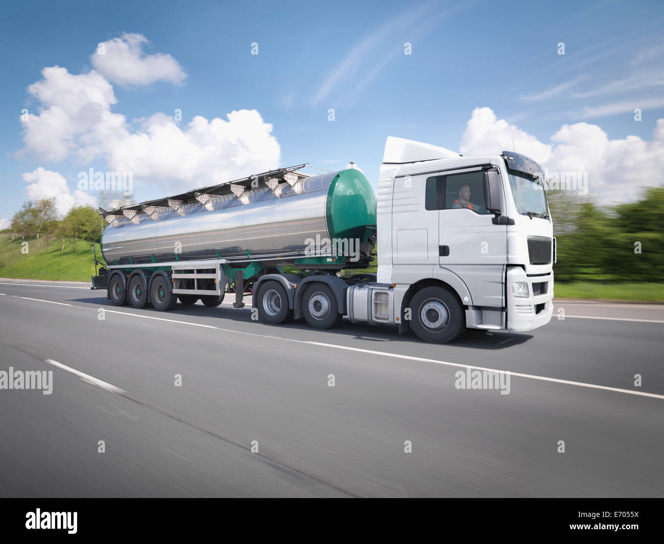 Camión cisterna en movimiento en la autopista Imagen De Stock