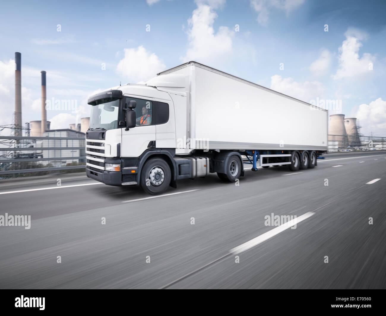 Camión de carga en movimiento en la autopista Imagen De Stock