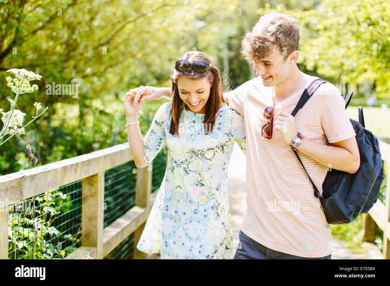 Par de caminar sobre el puente de madera en el parque Foto de stock