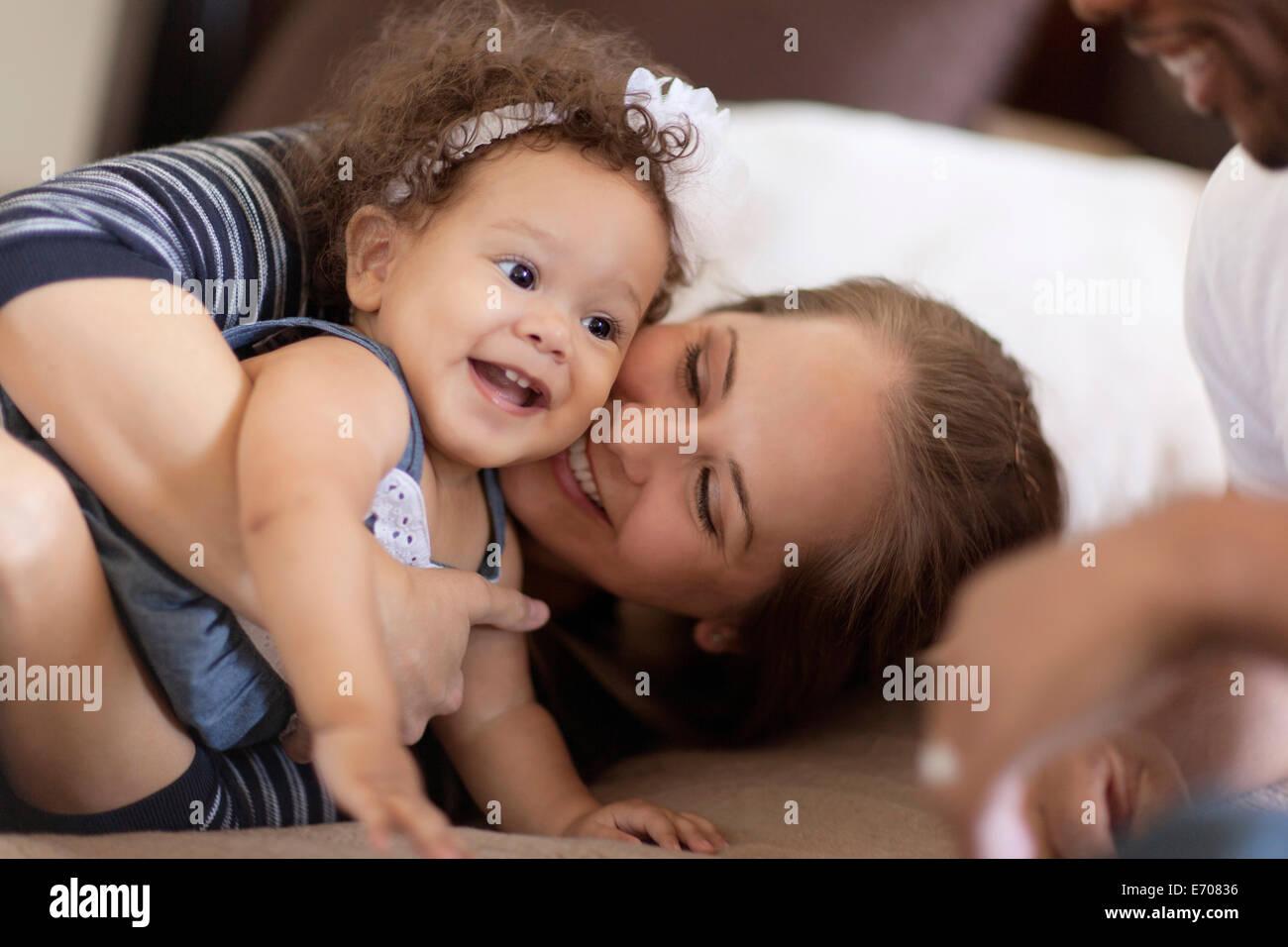 El padre y la madre jugando con su bebé hija Imagen De Stock