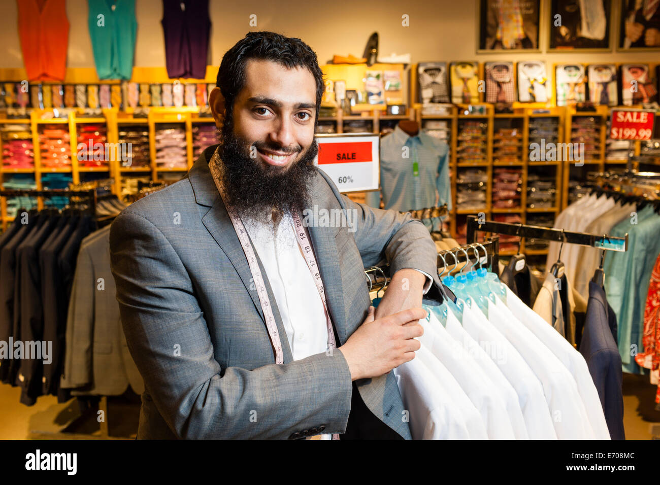 Retrato de sastre inclinada contra los raíles en la tienda de ropa de hombres Imagen De Stock