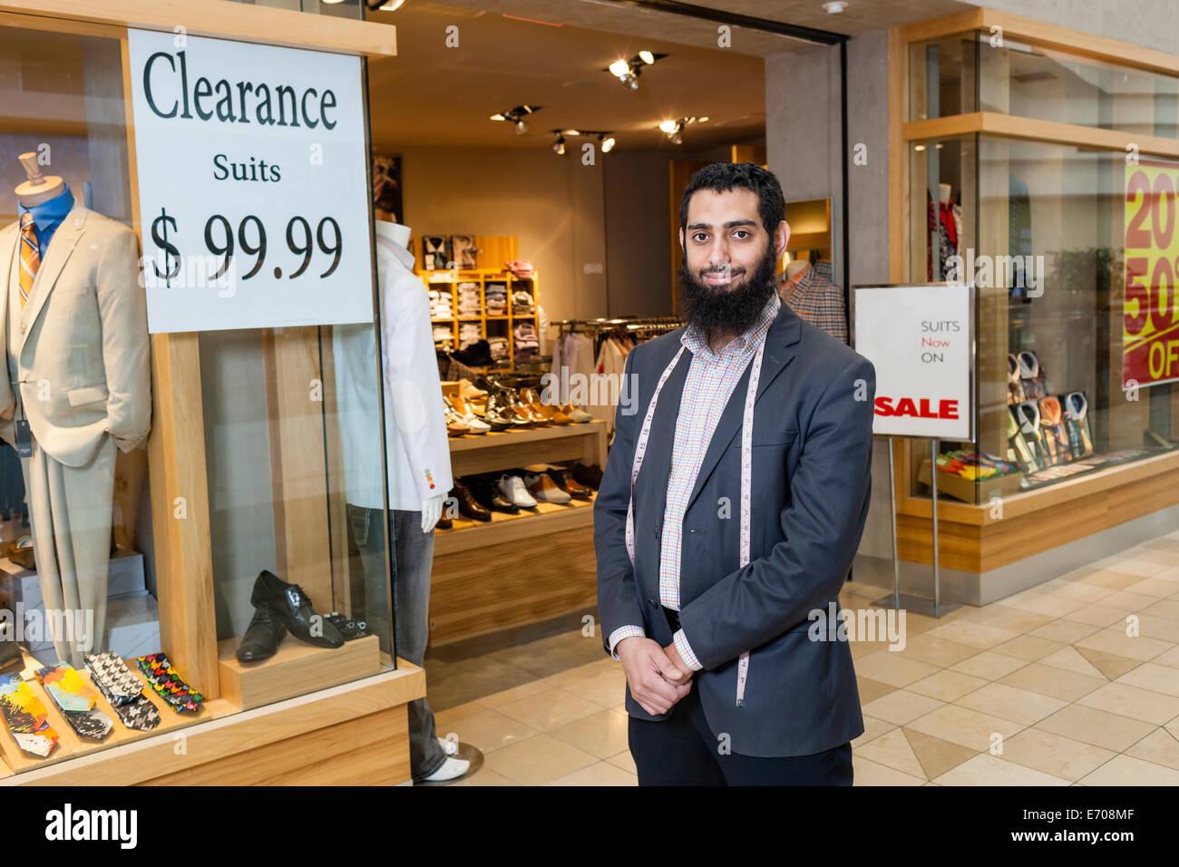 Retrato de adaptar y escaparate de la tienda de ropa de hombres Imagen De Stock