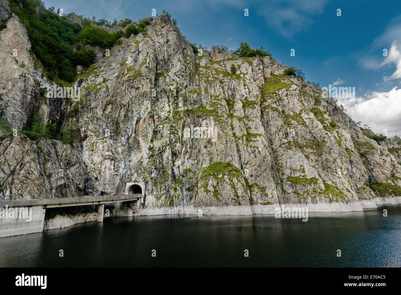 Puede llegar fácilmente al Lago Vidraru siguiendo el Transfagarasan Rode. Lago Vidraru tiene un aria de 893 Imagen De Stock
